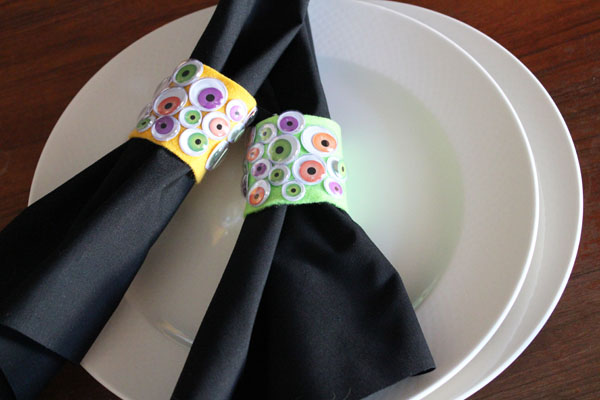 DIY colorful monster eye napkin ring for kids' Halloween parties (via momitforward.com)