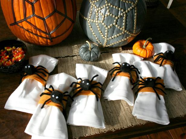 DIY cute and fluffy spider napkin rings for Halloween (via www.hgtv.com)