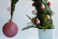 03 a tabletop Grinch christmas tree with pink and gold glitter ornments is a fun idea