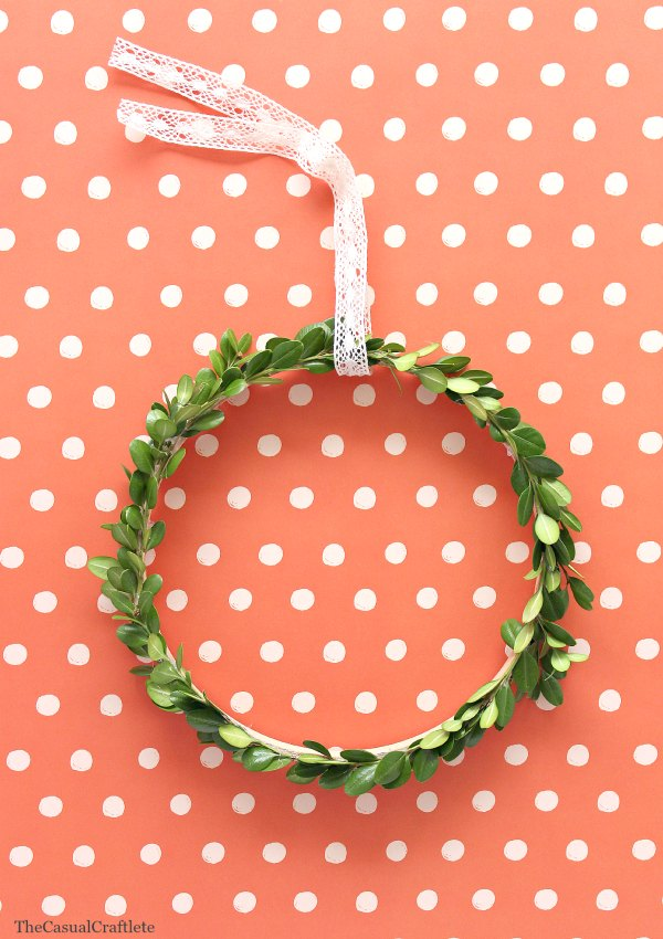 DIY simple boxwood wreath with a contrasting ribbon (via www.purelykatie.com)