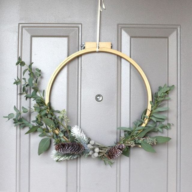 DIY moody Christmas wreath with greenery and pinecones (via www.prima.co.uk)