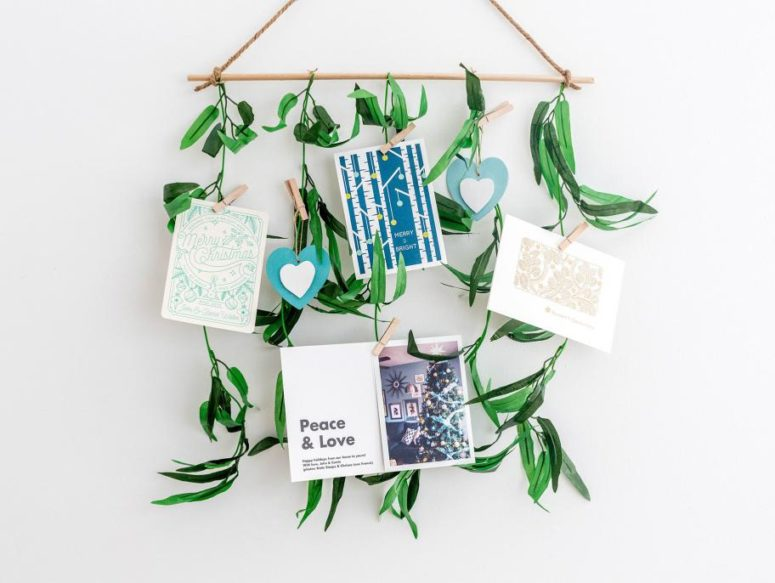 DIY leafy holiday card holder (via www.fun365.orientaltrading.com)