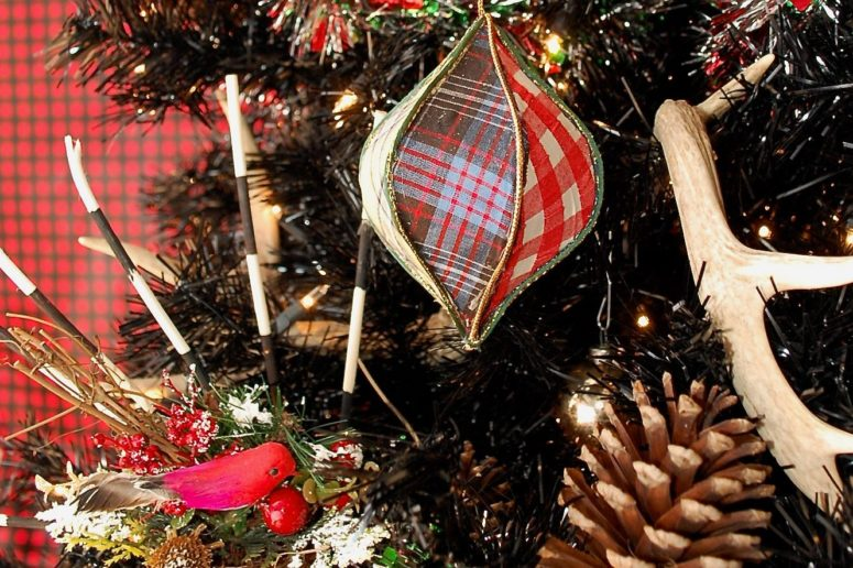 DIY trendy tartan Christmas ornaments with whimsy shapes (via jenniferperkins.com)
