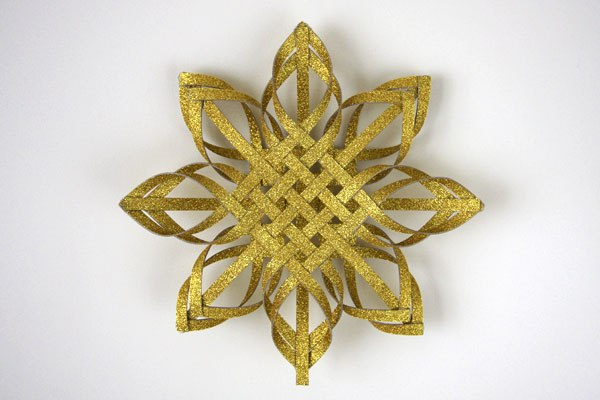 DIY interwoven paper gold glitter Christmas tree topper (via www.thingsforboys.com)