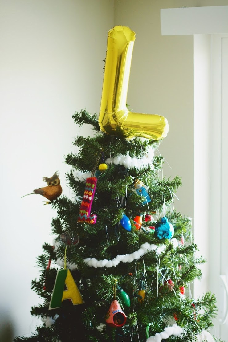 DIY shiny letter balloon Christmas tree topper (via www.everythingemilyblog.com)