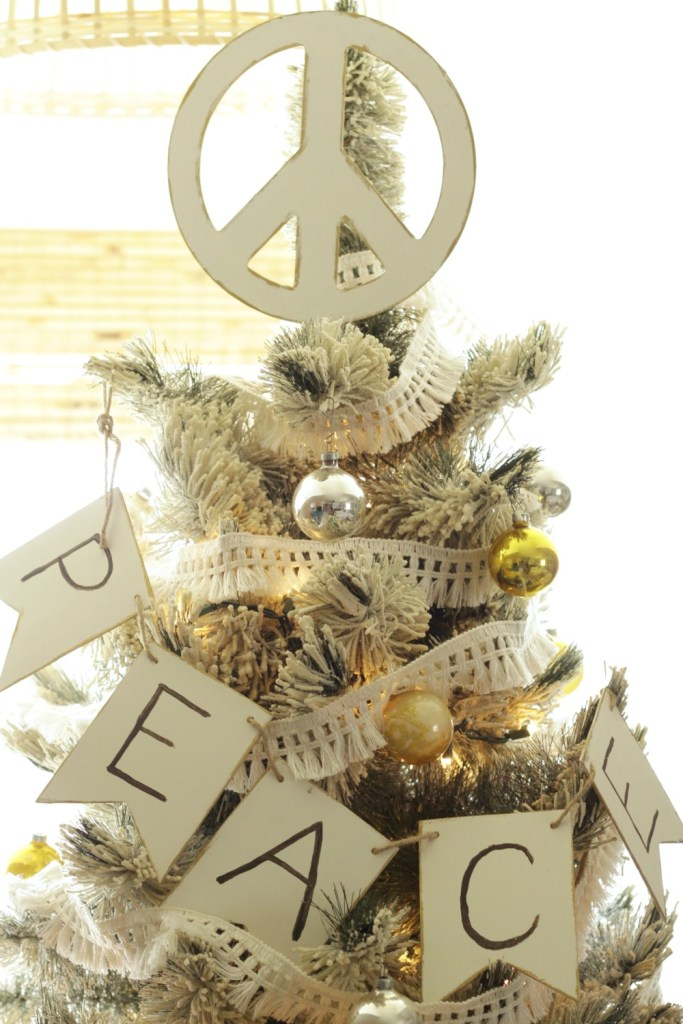 DIY peace sign Christmas tree topper (via www.cassiebustamante.com)