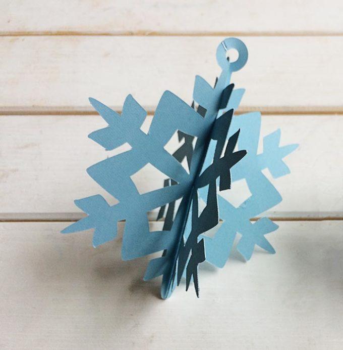 DIY 3D paper snowflake Christmas ornaments (via brooklynberrydesigns.com)