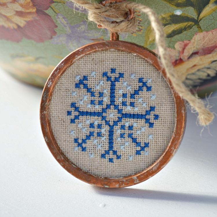 DIY snowflake cross stitch Christmas ornament (via socksandmittens.blogspot.com)