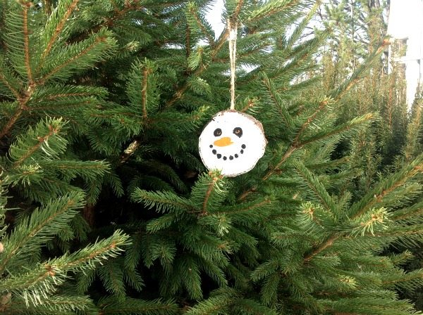 DIY wood slice Christmas snowman ornament (via www.creeklinehouse.com)