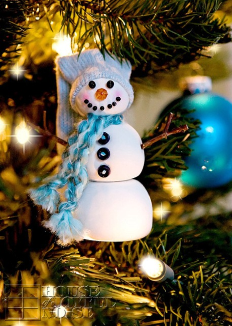 DIY snowman Christmas ornament with a beanie and scarf (via www.shelterness.com)