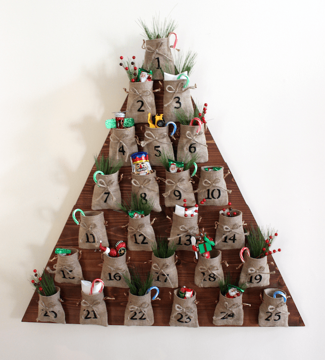 DIY rustic advent calendar with burlap pockets (via rogueengineer.com)