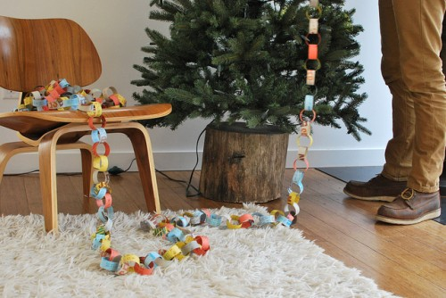 DIY tree stump Christmas tree stand (via www.shelterness.com)