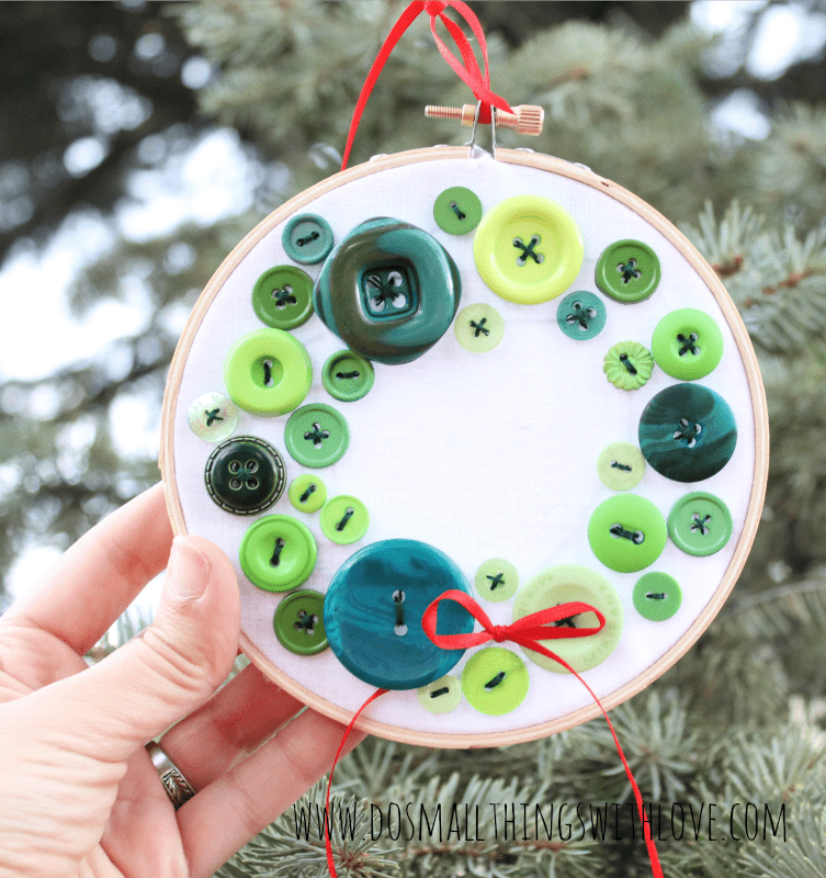 DIY colorful button wreath Christmas ornament (via www.dosmallthingswithlove.com)