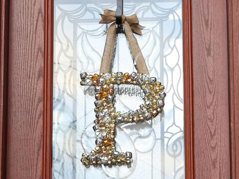 DIY jingle bell Christmas monogram wreath (via www.craftcuts.com)