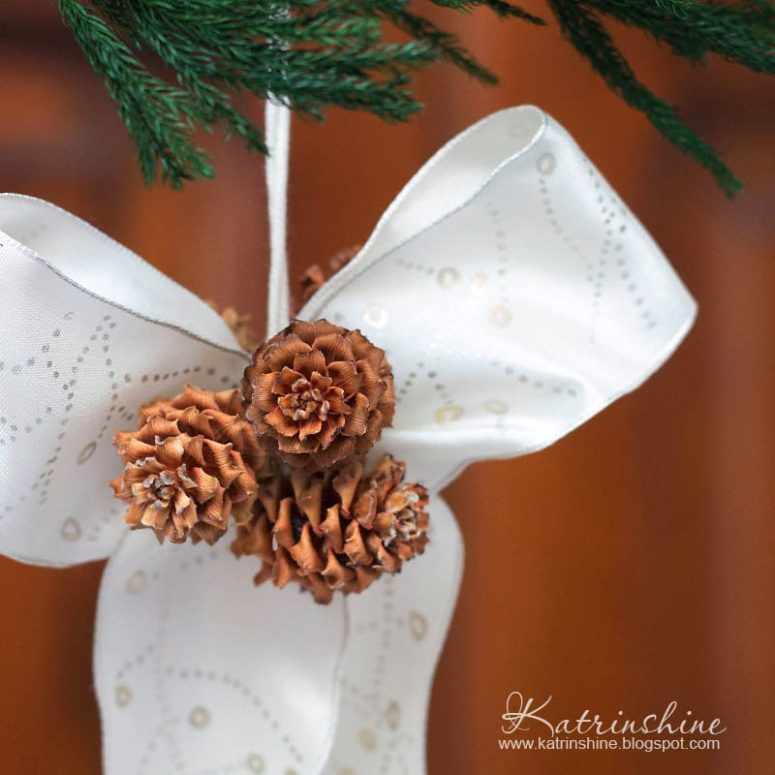 DIY chic pinecone and ribbon bow Christmas ornaments (via katrinshine.blogspot.com)