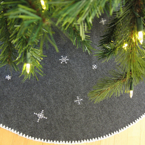 DIY grey felt and embroidered snowflake tree skirt (via www.justcraftyenough.com)