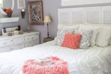 07 a printed coral pillow and a fluffy blanket give this bedroom a fresh and trendy look at once