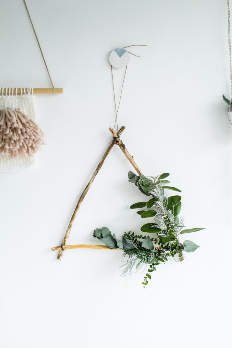 DIY foraged tirangle Christmas wreath with fresh greenery (via fallfordiy.com)