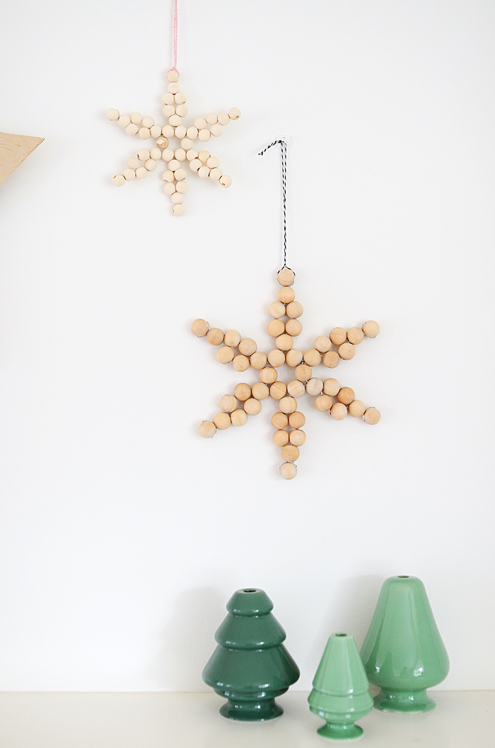 DIY wooden bead star-shaped Christmas ornaments (via www.nalleshouse.com)