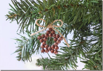 DIY easy and fast Christmas star ornaments (via makeandfable.com)