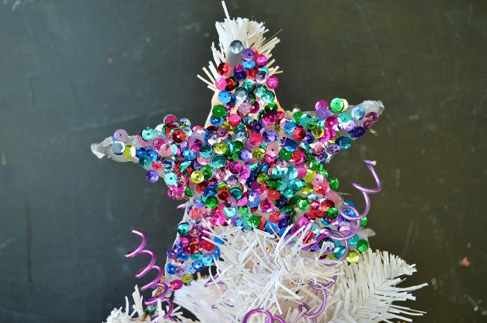 DIY colorful sequin star Christmas ornament with hot glue (via madincrafts.com)