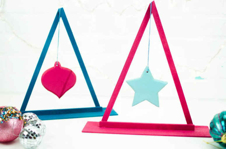 DIY simple and small Christmas tree ornament display (via alittlecraftinyourday.com)