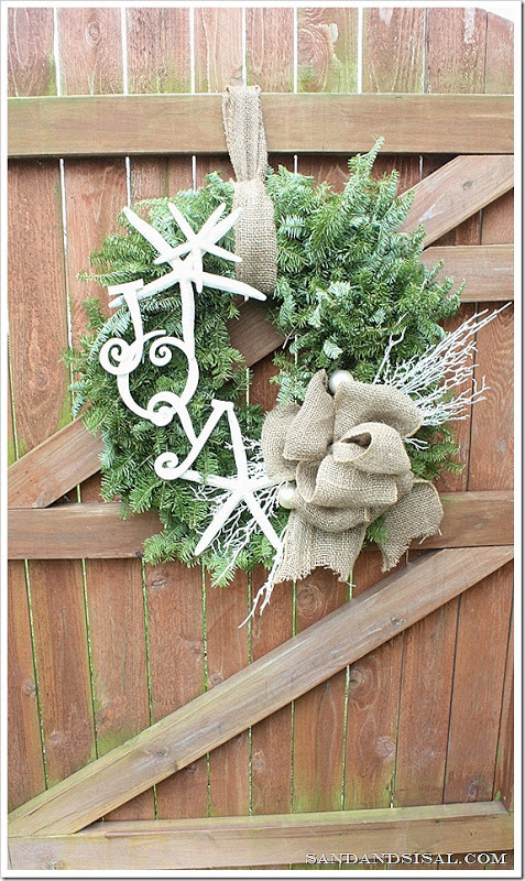 DIY coastal holiday wreath with star fish and burlap (via www.sandandsisal.com)
