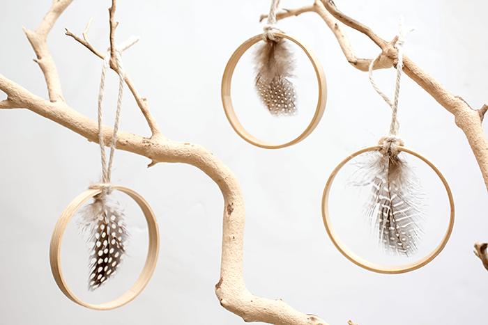 DIY hoop and feather Christmas ornaments (via aprettyfix.com)