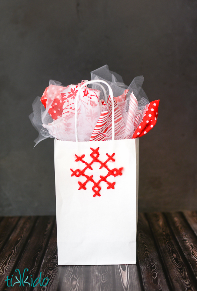 DIY simple cross stitch gift bag for Christmas (via tikkido.com)