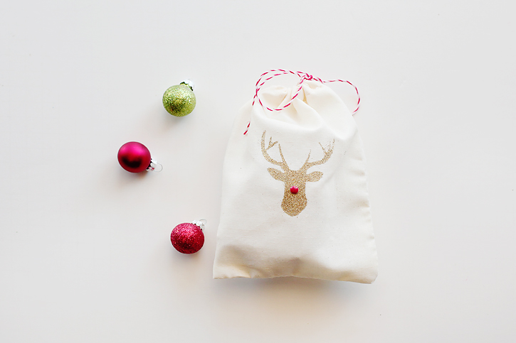 DIY reindeer muslin gift bags for Christmas (via kellynoel.typepad.com)