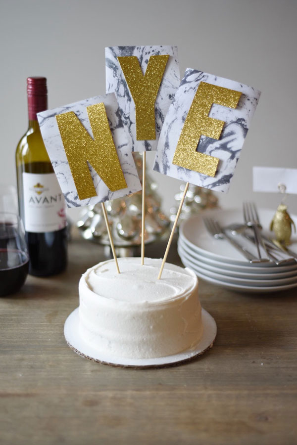 DIY marble and gold glitter New Year cake topper (via www.kj.com)
