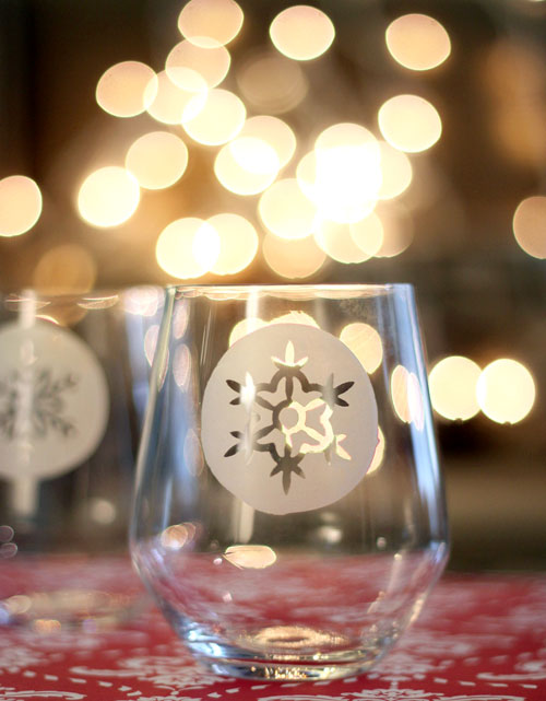 DIY etched snowflake flutes for winter parties (via visualmeringue.com)