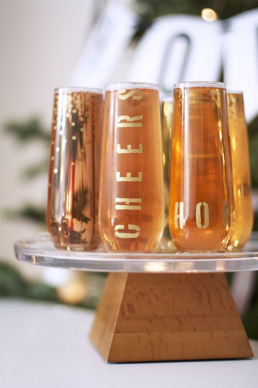 DIY modern gold glasses for New Year's parties