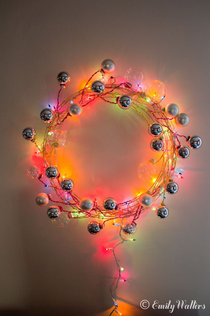 DIY colorful modern Christmas wreath with ornaments (via www.handmakerofthings.com)
