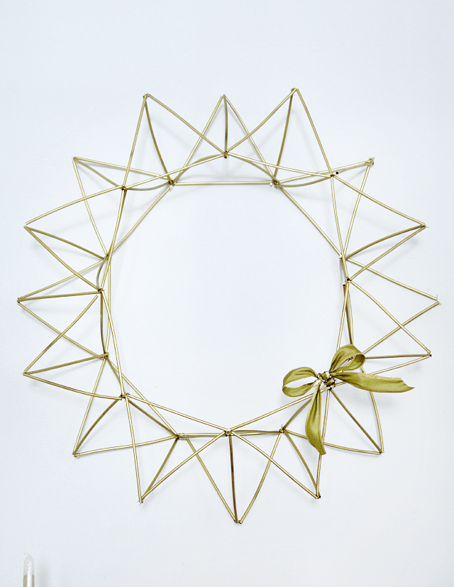 DIY gold straw himmeli wreath for Christmas (via www.thedecorfix.com)