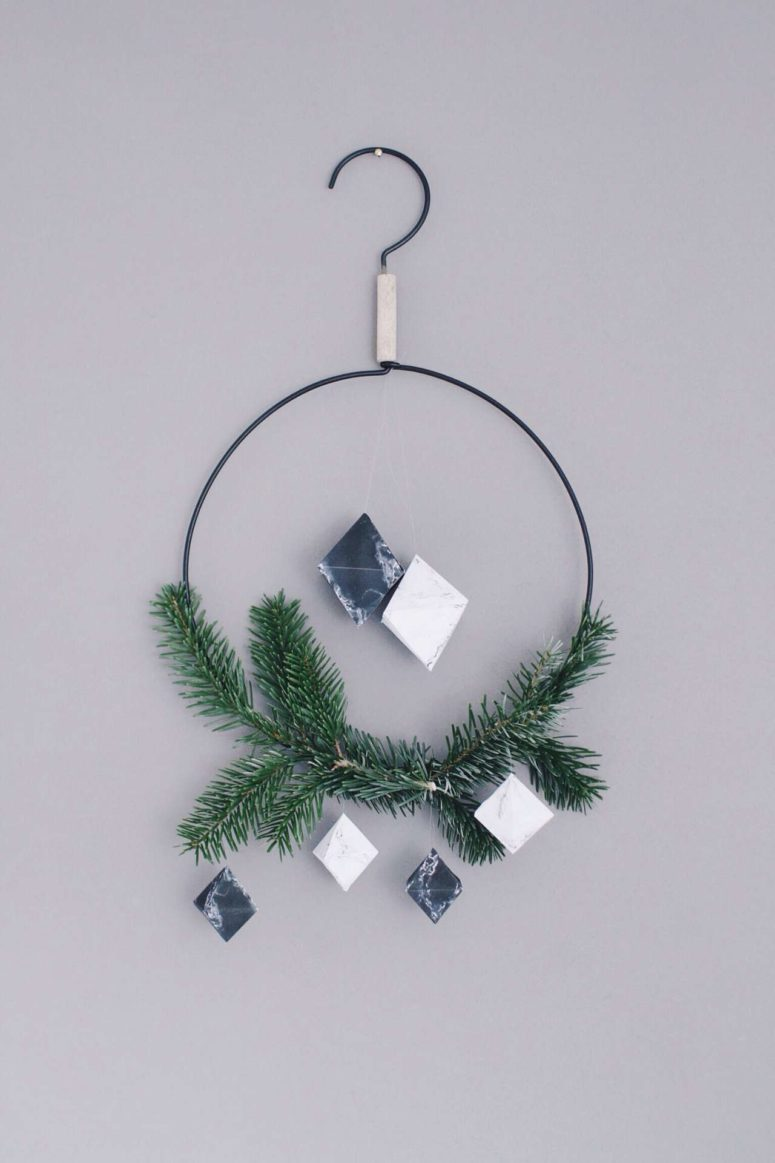 DIY marble diamond Christmas ornaments of paper (via www.paulsvera.com)