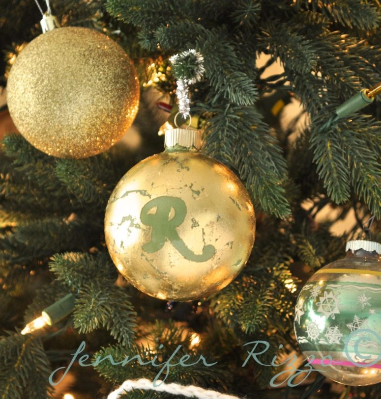 DIY gold leaf monogrammed Christmas ornaments (via jenniferrizzo.com)