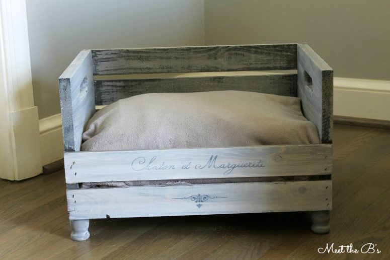 DIY pet bed of a wooden crate (via www.theinspiredhive.com)