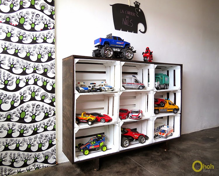 DIY floating storage shelf of crates (via www.ohohdeco.com)