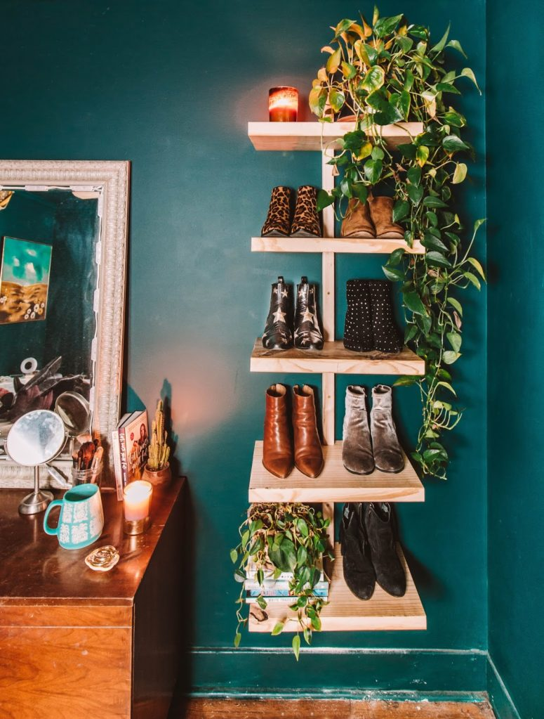 DIY chic wall-mounted wooden shoe shelf  (via www.heywandererblog.com)