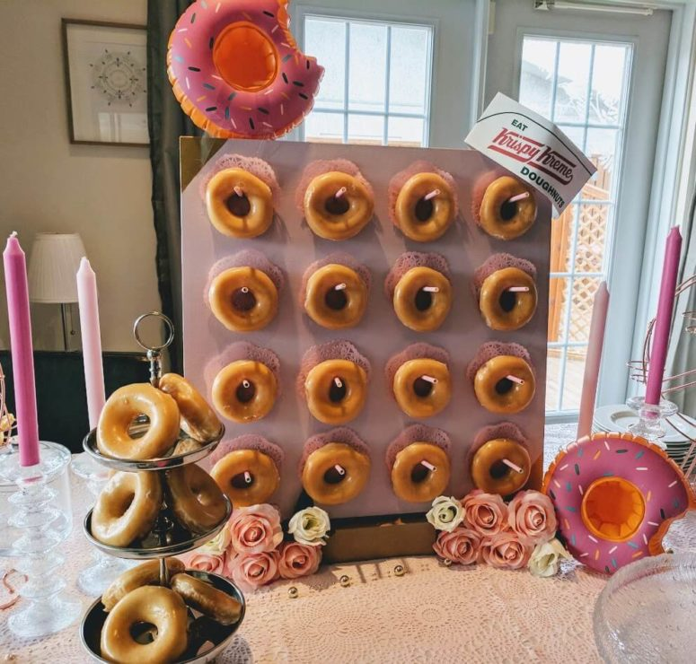 a donut mini wall made of an IKEA Lack table is a cool idea for any party or even a wedding