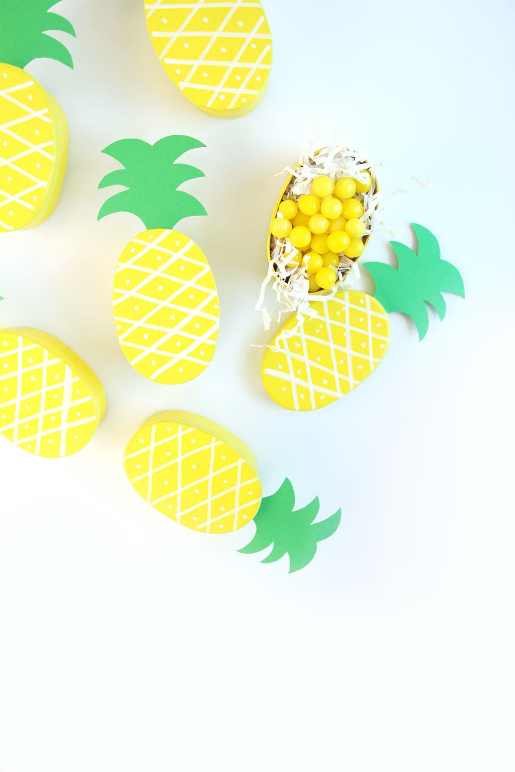 DIY little pineapple treat boxes for candies