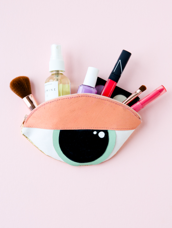 DIY unique eye-shaped makeup pouch (via www.papernstitchblog.com)