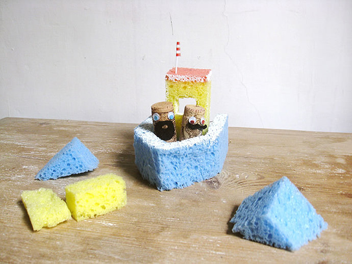 DIY sponge bath boat and cork sea dogs (via www.handmadecharlotte.com)
