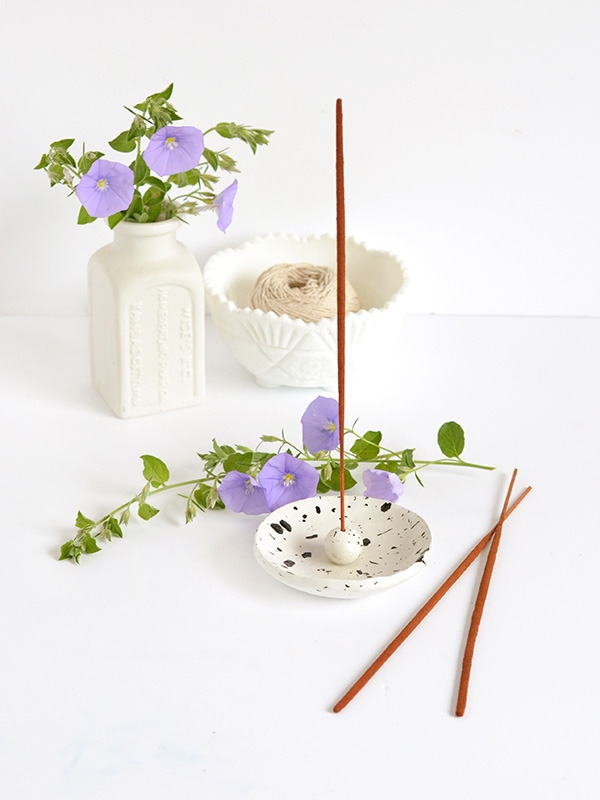 DIY spotted air dry clay incense holder (via www.curbly.com)