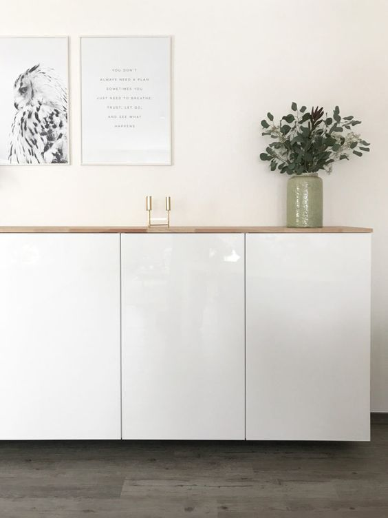 a stylish floating sideboard made of IKEA Metod cabients and a light-colored wooden tabletop