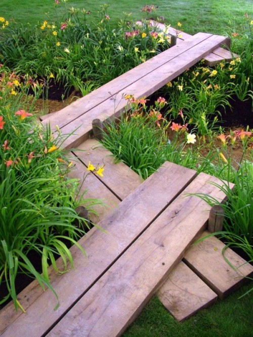 such a simple wooden plank garden path can be built very quickly by you yourself
