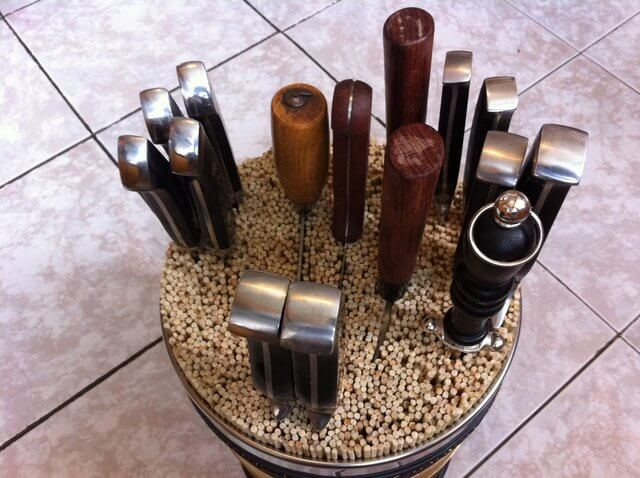 DIY universal tin can and wooden skewers knife block (via undefined)