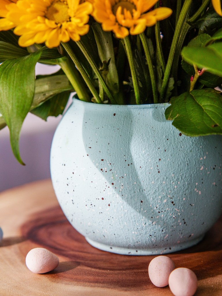 DIY speckled robin egg blue vase (via candyjarchronicles.com)