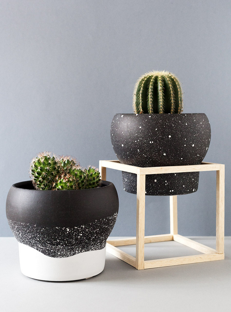 DIY black and white speckled planters (via fabricadeimaginacion.com)